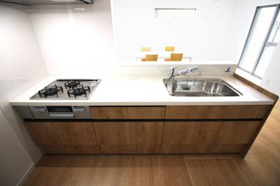 対面式のシステムキッチンはリビングでくつろぐご家族を見守りながら食事の支度が出来ます。
