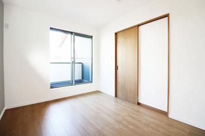 《洋室6帖》バルコニーのある明るいお部屋です。入り口は、邪魔にならない引き戸です。