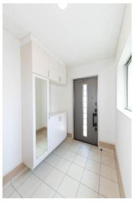 玄関も天井が高く、清潔感があります。第一印象が爽やかですよ!