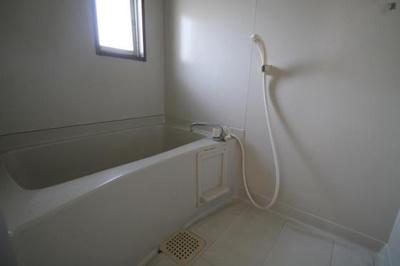 お風呂には小窓が付いており換気も楽々★