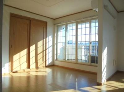 窓が大きくて開放感のあるリビングです。