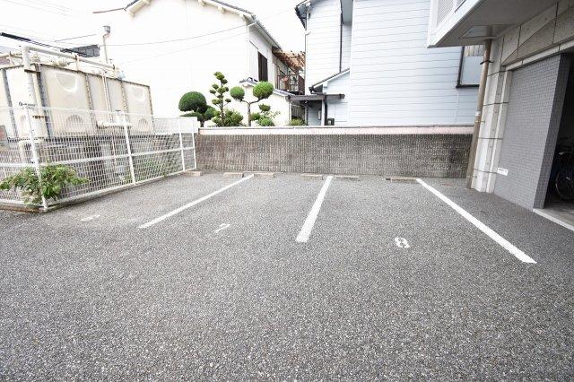 マイカーも安心の敷地内駐車場。