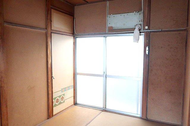 【現地写真】 約6帖の南側和室スペース♪ 弊社にてフルリフォームも承ります♪