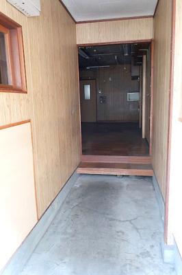 【現地写真】 奥行きにスペースがある玄関♪ 弊社にてフルリフォームも承ります♪
