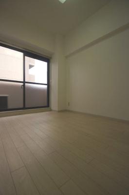 明るい色合いの床材を使用した居室