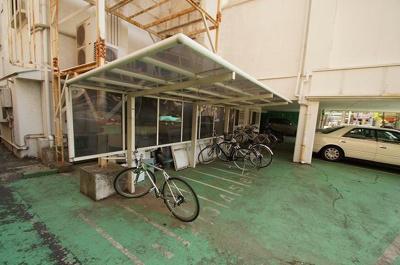 「屋根付きの駐輪スペースあります」