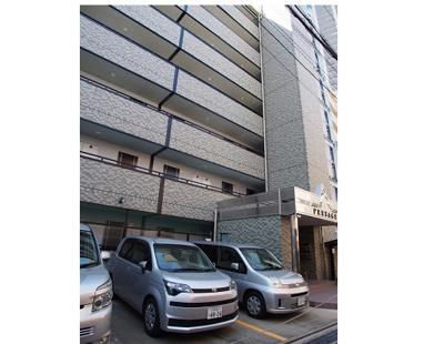 8階建て。防犯設備も充実し一人暮らしも安心です。管理人が常駐しています。