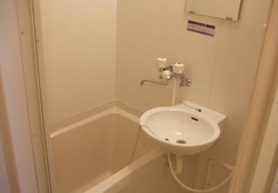 清潔感のある2inユニットバスです。トイレは別です。