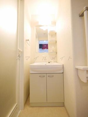 朝の身支度に便利なシャンプードレッサーの独立洗面台です。
