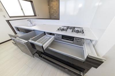 【施工例】キッチンは対面式を採用。お料理中も会話を楽しめるのでお料理にも自然と気合いが入ります♪