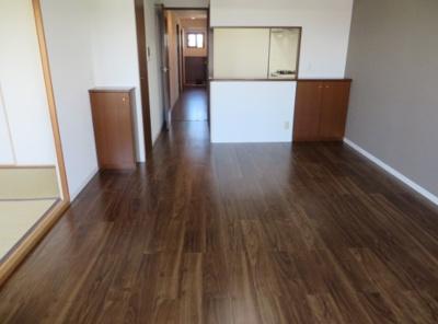 リビング横に和室を配した使い勝手の良い間取り♪和室の襖を開放し、あわせてご活用いただけます。