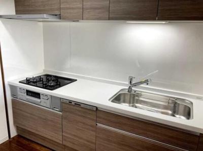 食洗機を搭載したシステムキッチンを採用。3つ口ガスコンロにつき、同時に複数調理が可能です!