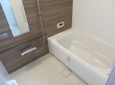 ブラウンのボードを採用した落ち着くバスルーム♪室内干しに重宝する換気乾燥暖房機を設置しております。