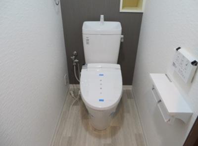 温水洗浄便座を設置したお手洗いです。背面の埋め込み収納に観葉植物などを飾るのも良いですね♪