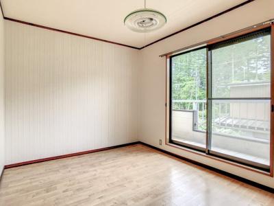 バルコニーに出られる洋室です