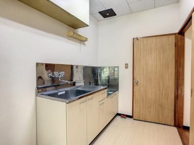 キッチン横に冷蔵庫を置くスペースがあります