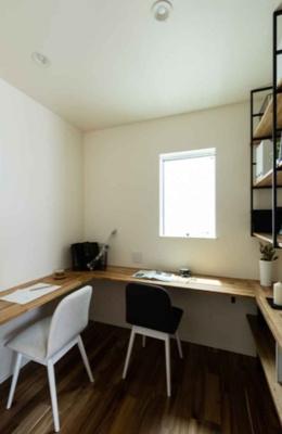カウンター付きの書斎がございます。ワークスペースや趣味スペースなど多目的にご活用いただけます。