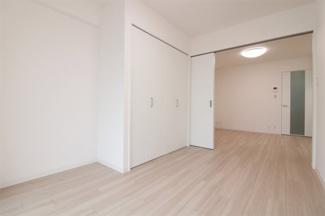 洋室5.5帖の建具をオープンにしていただくとリビングからの広がる空間を確保できます!LDKとしても使用できます♪