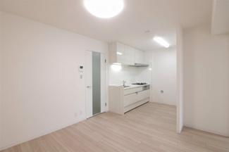 ダイニングキッチンは約8.5帖です♪ 室内中央に位置しており、ご家族が自然に集まれるステキな空間です(^^)