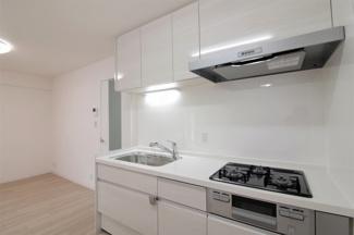 新品のシステムキッチンです♪白色を基調とした洗練された素敵なキッチンです!