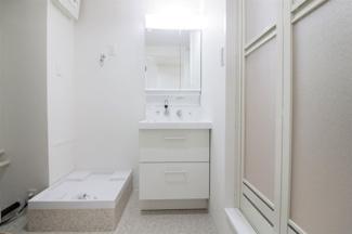 新品の洗面化粧台です♪シャワー水栓で使い勝手もいいです!