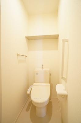トイレ(温水洗浄便座)上部には棚があります♪