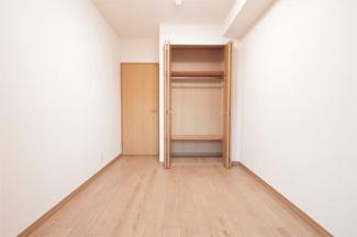 洋室4.3帖のクローゼットです♪たくさんのお洋服・小物が収納できるので、室内を有効に使用していただけます♪