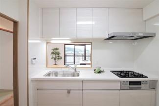 新品のシステムキッチンです♪白色を基調とした洗練されたキッチンです!お料理も楽しく作れます(^^)