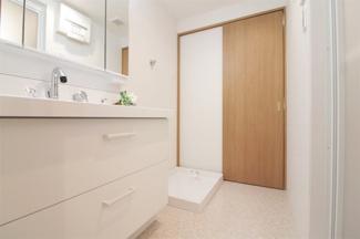 新品の洗面化粧台です♪シャワー水栓で使い勝手もいいですね(^^)鏡は三面鏡です!鏡の後ろは小物収納になっております!洗面室からキッチンへ移動できます♪