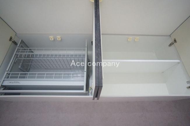キッチン背面に吊戸棚完備♪片方は便利な昇降機能付きです♪