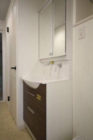 洗面化粧台も新品に交換されており、シャワー付き、鏡裏の収納もあります。