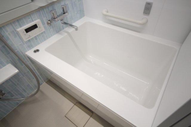 浴室横には手すりがついており、高齢の方でも安心です。