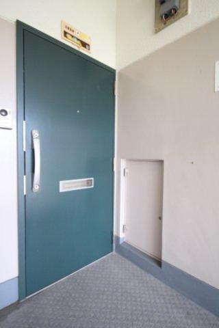 玄関ドアも、大規模修繕時に、高セキュリティのディンプルキーのタイプ(2段)に交換されています。