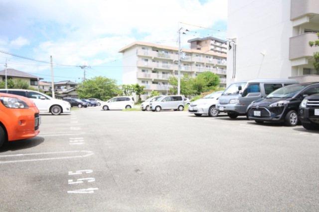 平面駐車場はゆったりとつくられており、お車の駐車も楽ちんです。