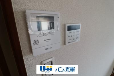 モニター付きインターホン(ディスプレイ)と給湯器リモコンです。
