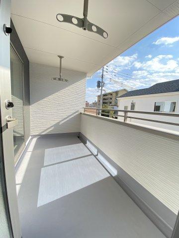 ウォークスルークローゼット付き。主寝室側と2Fホール側から入れるので便利です♪大容量収納可能です♪