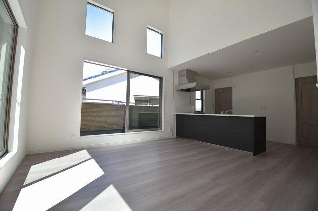 LDK16.5帖の大空間は家族の集まる団らんスペース、明り取りの窓からからも光の集まる陽だまりの空間です。