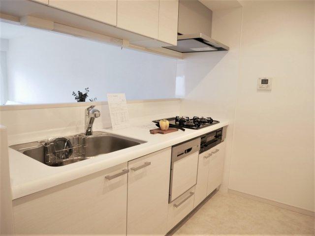 3口ガスコンロにグリル、食器洗浄乾燥機も備えた使い勝手の良いシステムキッチンです。収納も豊富です。