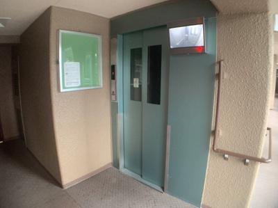 エレベーターです。内部が見れるモニターつきです。