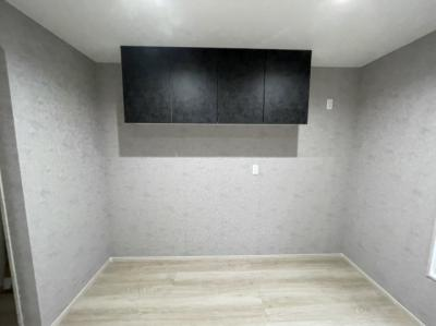 キッチン後ろの上段収納。スペースも広くて動きやすいです。