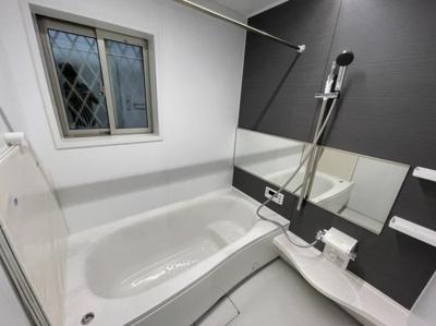 浴室に窓がある事で、窓を開けるだけで空気の入れ替えができ、換気が可能なので電気代の節約にもなります。窓を開けて吸気をしつつ換気扇で排気すれば、効率的な換気が可能でカビ防止にも繋がります。