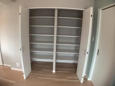 リビングの収納スペースです。小物を収納するのに便利です。