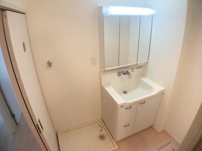 独立洗面台です。清潔感があります。