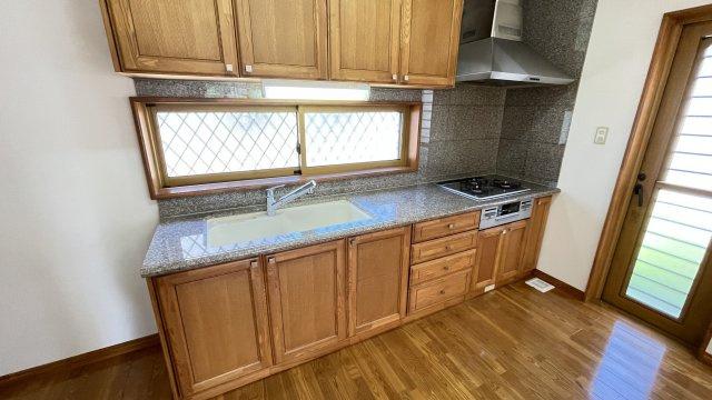 使い勝手のいいキッチンで楽しくお料理♪壁面キッチンなのでリビングがスッキリ見渡せますね