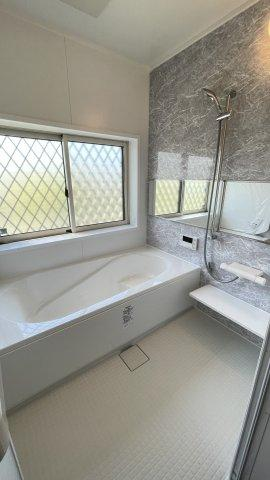 バスルームも新品にリフォーム 窓もあってカビ対策もOK! 追い焚き機能つきもうれしいですね