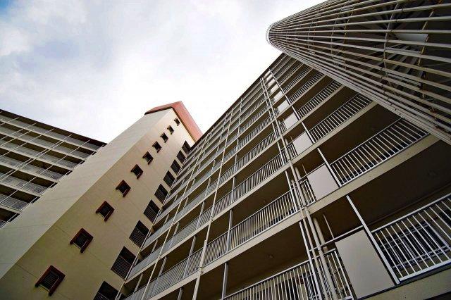 閑静な住宅地の大型マンション。周辺はスーパーやドラッグストア、郵便局などが充実しており、非常に暮らしやすい環境です