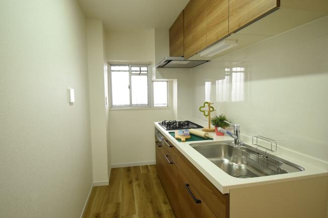 日差しの取り込み窓で明るさが確保されたキッチンです♪においがこもりづらいです!