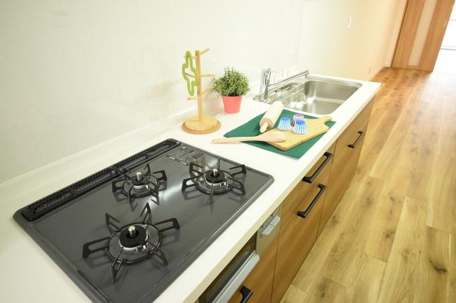 壁付タイプのキッチンは無駄な空間が無く、食器類の持ち運びもスムーズです♪