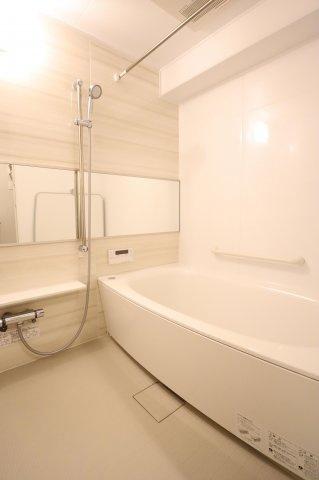 広々とした浴室で一日の疲れもサッパリ洗い流せます!浴室換気乾燥暖房機能付きの浴室は、雨の日でも乾燥機能で洗濯物をカラっと乾かせます