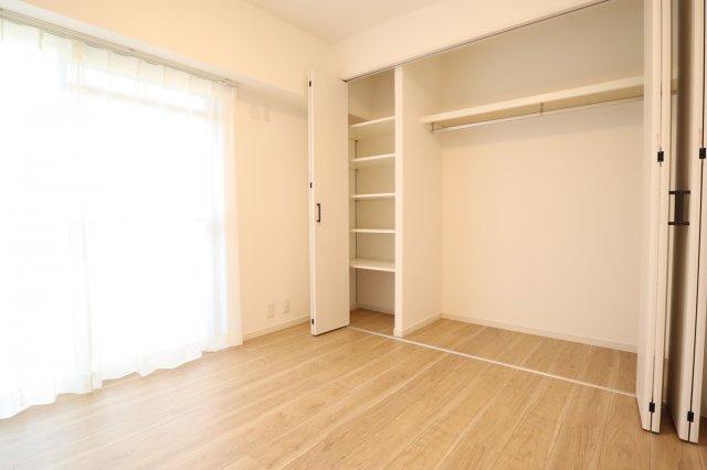 バルコニーに面した明るいお部屋。たっぷりのクローゼットを備えており、居住スペースは広くお使いいただけます